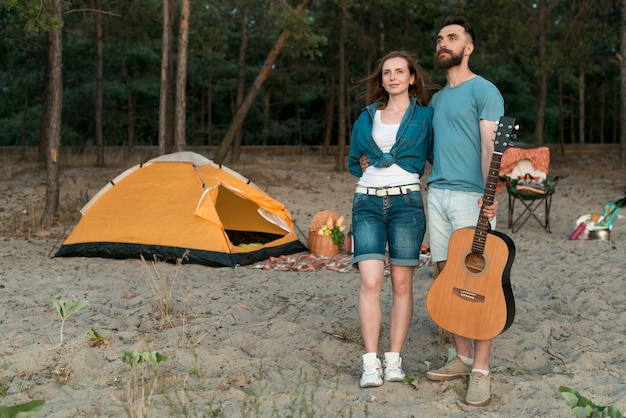 Long shot couple debout à la recherche de suite Photo gratuit