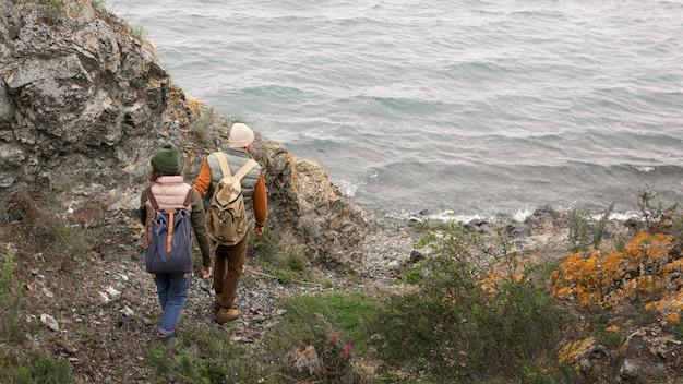 Long Shot Couple Marchant Vers La Mer Photo Premium
