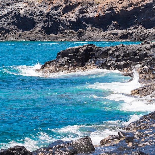 Long shot eau cristalline sur une plage sauvage Photo gratuit