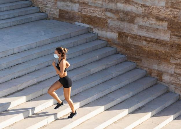Long Shot Femme Qui Court Dans Les Escaliers Photo Premium