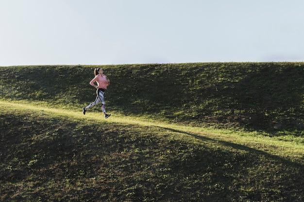 Long shot femme qui court dans le parc Photo gratuit