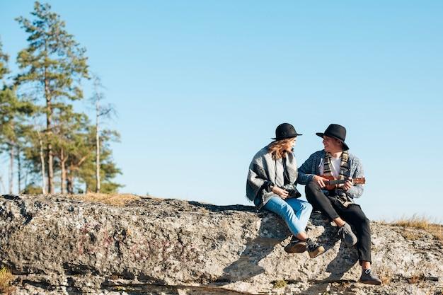 Long shot jeune couple en plein air Photo gratuit