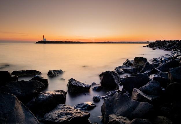 Long shot magnifique coucher de soleil sur un port brumeux Photo gratuit