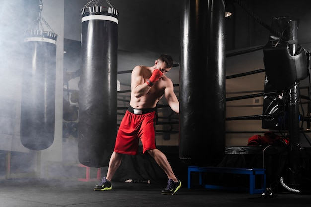 Long Shot Man Training For Boxing Competition Photo gratuit