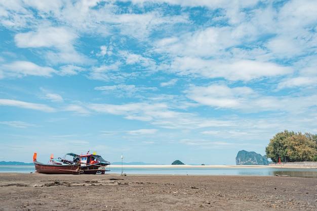 Long tail boat sur la plage de sable tropicale, mer d'andaman, en thaïlande Photo Premium
