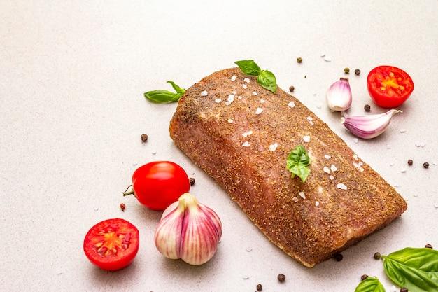 Longe De Porc Cru Aux Légumes, Espèces Et Herbes Photo Premium