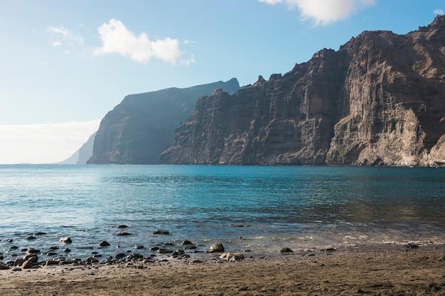 Longue côte de falaise avec de l'eau cristalline Photo gratuit