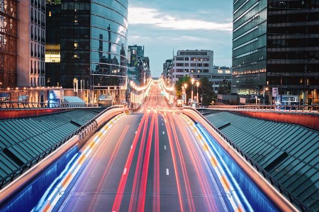 Longue exposition du pont à bruxelles avec des sentiers de lumière, belgique Photo Premium