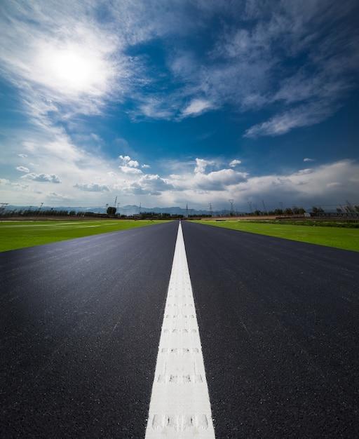 La longue route à travers le champ Photo gratuit