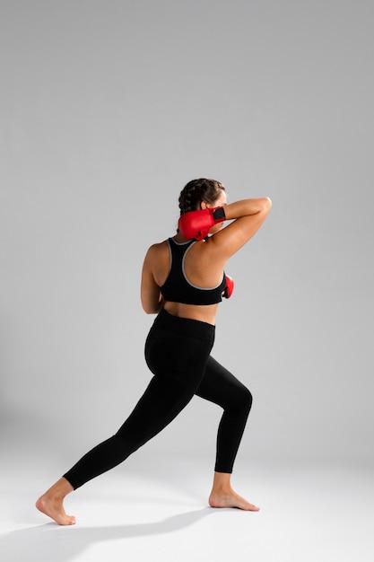 Longue vue de femme avec des gants Photo gratuit