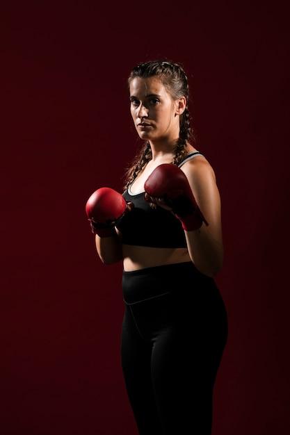 Longue vue de femme sportive en vêtements de fitness Photo gratuit