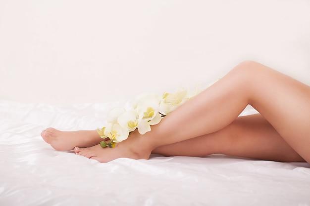 Longues Jambes De Femme Avec Une Belle Peau Lisse Photo Premium