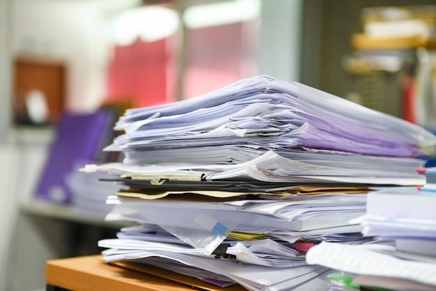 Lot de fichiers de documents de travail des piles de fichiers papier Photo Premium