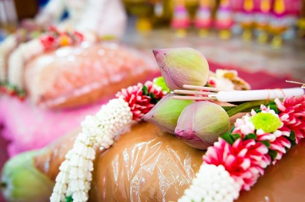 Lotus, encens et guirlande utilisés dans l'ordination bouddhiste. Photo Premium
