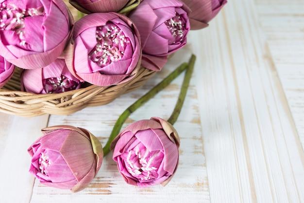 Lotus rose plié sur une table en bois Photo gratuit