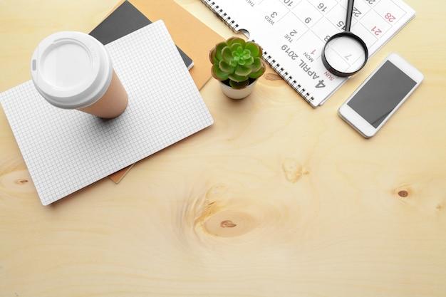 Loupe et calendrier, pour affaires et réunions Photo Premium