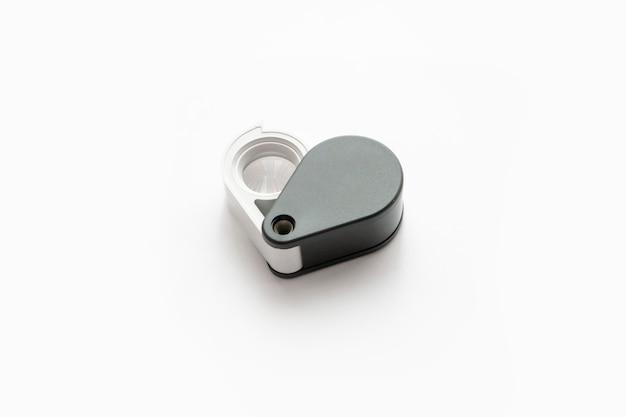 Loupe pour les diamants ou voir l'amulette isolée sur un fond blanc. Photo Premium