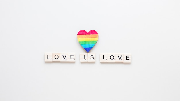 Love is love inscription avec coeur arc-en-ciel Photo gratuit