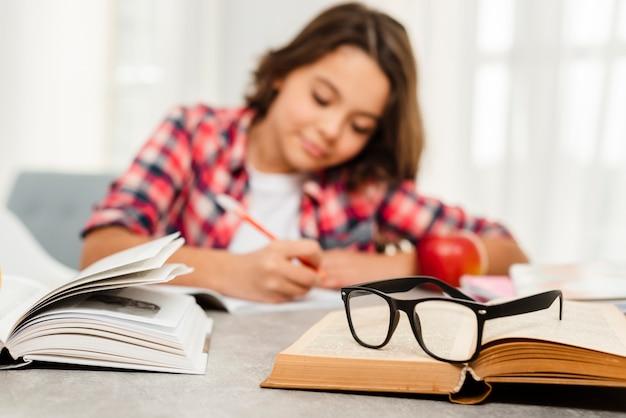 Low angle jeune fille étudie dur Photo gratuit