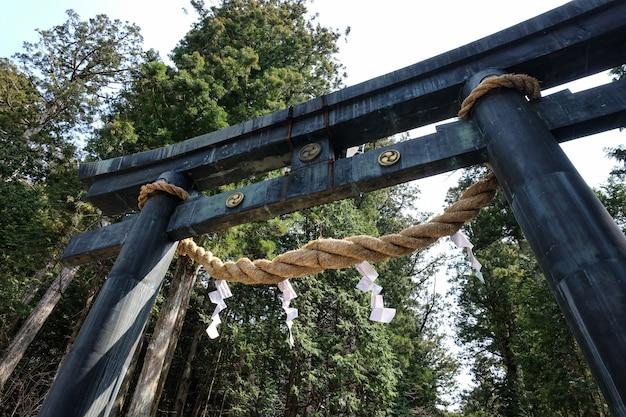 Low Angle Shot D'une Ancienne Conception Architecturale D'une Porte D'entrée Du Sanctuaire Meiji Jingu Photo gratuit