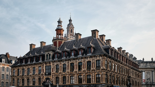Low Angle Shot De La Célèbre Vieille Bourse à Lille En France Photo gratuit