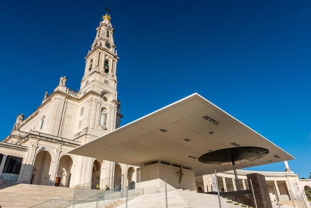 Low Angle Shot Du Sanctuaire De Notre-dame De Fatima, Portugal Sous Un Ciel Bleu Photo gratuit