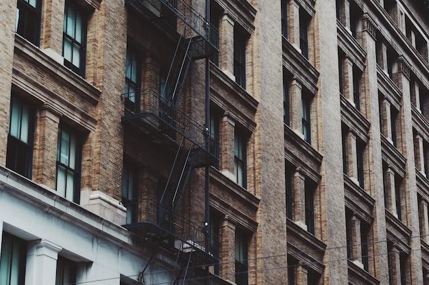 Low Angle Shot Of A Apartment Building Escaliers Dans Le Centre-ville De San Francisco Photo gratuit
