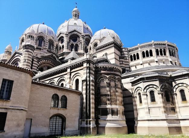 Low Angle View De La Cathédrale De Marseille Sous La Lumière Du Soleil Et Un Ciel Bleu En France Photo gratuit