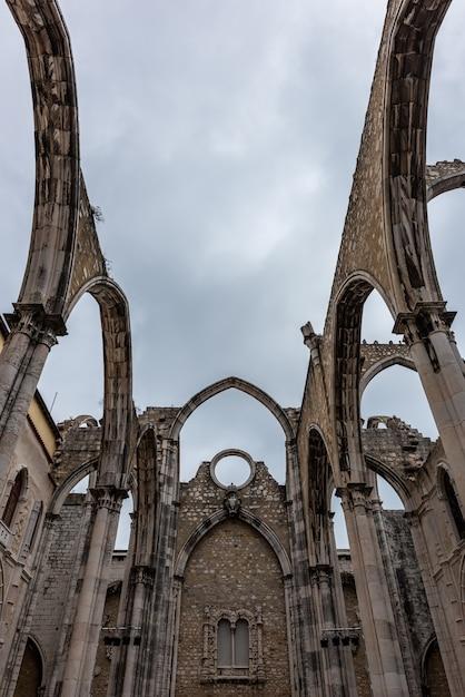 Low Angle View Of Le Couvent De Notre-dame Du Mont Carmel Sous Un Ciel Nuageux à Lisbonne Au Portugal Photo gratuit