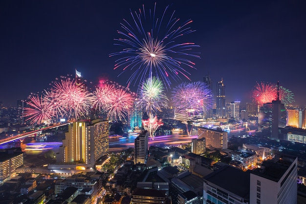Loy kratong festival dans la ville de bangkok Photo Premium