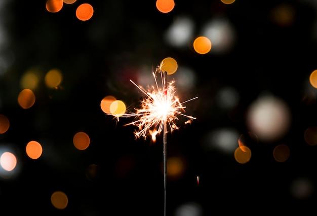 Lumière de bengale étincelante à la fête du nouvel an Photo gratuit