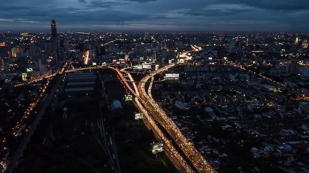 Lumière dans la ville, lumière des bâtiments et des routes Photo Premium