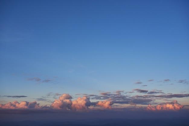 Lumière Dorée Qui Brille à Travers Les Nuages Dans Une Soirée Colorée. Photo gratuit
