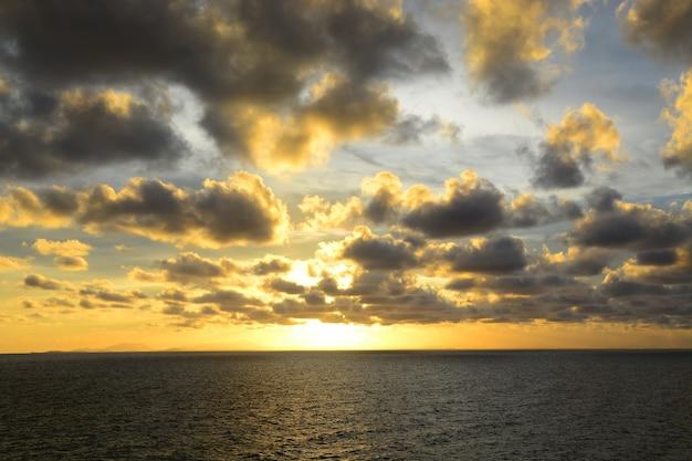 Lumière Du Soleil Sur La Mer Au Coucher Du Soleil Photo Premium