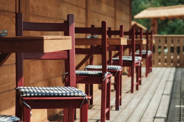 Lumière du soleil et table et chaises sur un balcon moderne Photo Premium