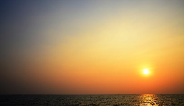 Lumière floue de bokeh sur la mer Photo Premium