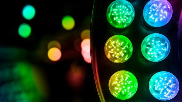 Une lumière led colorée illuminée sur fond de bokeh Photo gratuit