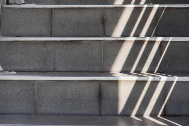 Lumière ombragée dans les escaliers Photo gratuit
