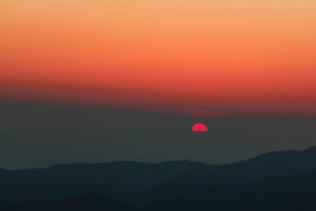 Lumière orange du coucher de soleil sur le sommet. Photo Premium