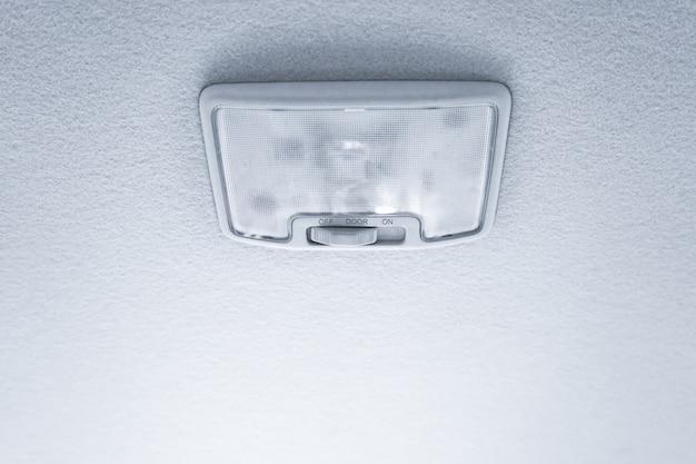 Lumière sur le toit de la voiture moderne Photo Premium