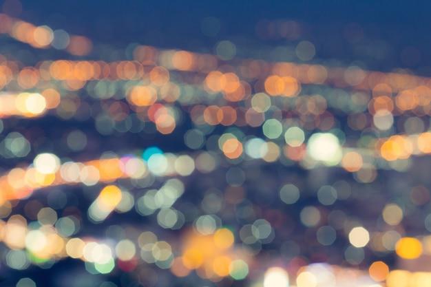 Lumière de ville défocalisée abstraite la nuit pour le fond Photo Premium