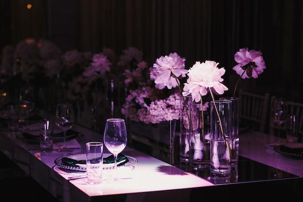 Lumière Violette Sur La Table Avec Des Fleurs Photo gratuit