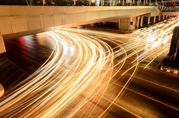 La lumière de la voiture sur la route avec embouteillage la nuit Photo Premium