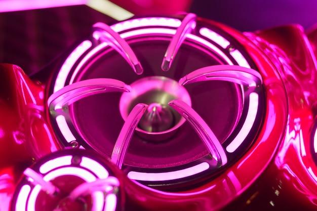 Lumières colorées de stéréo et haut-parleurs décoratifs sur la voiture Photo Premium