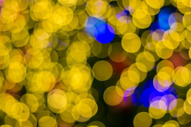 Lumières défocalisés d'arrière-plan de l'arbre de noël doré Photo Premium