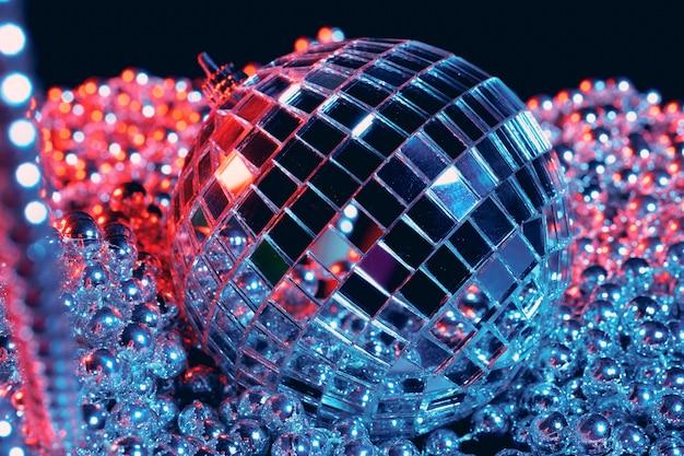 Lumières de fête boules à facettes disco sur fond noir Photo Premium