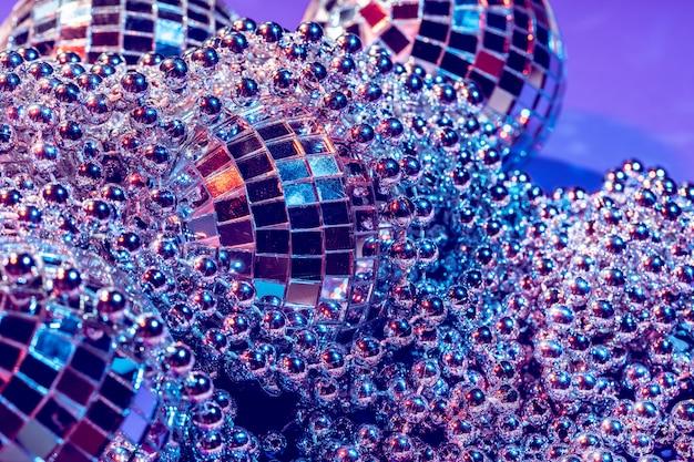 Les lumières de fête disco ball se bouchent. concept disco Photo Premium