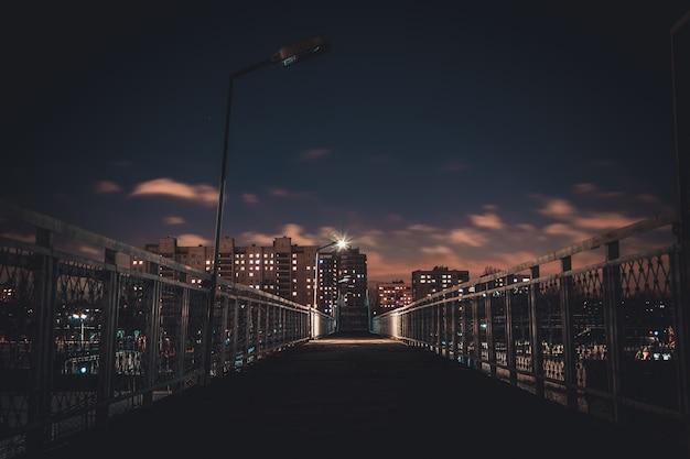 Les lumières de la ville de nuit. maisons hautes la nuit. Photo Premium