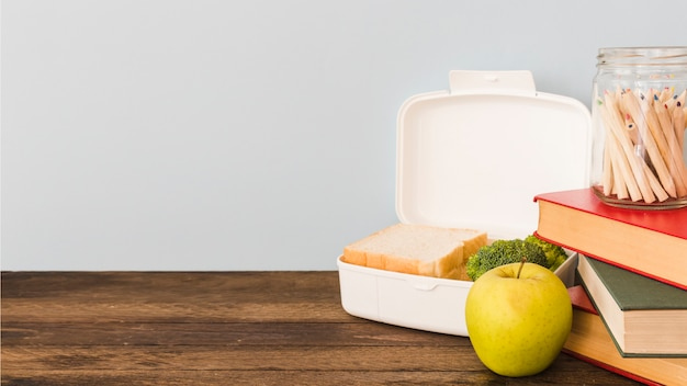 Lunchbox pose sur une table en bois Photo gratuit