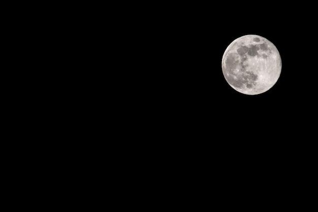 Lune Contre Le Ciel Nocturne Noir Avec Copyspace Photo Premium
